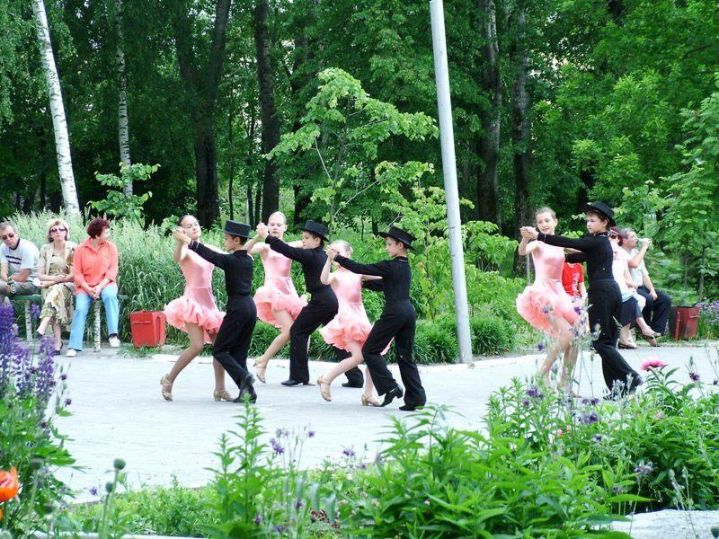 Танцы в парке Фото С. Мохов
