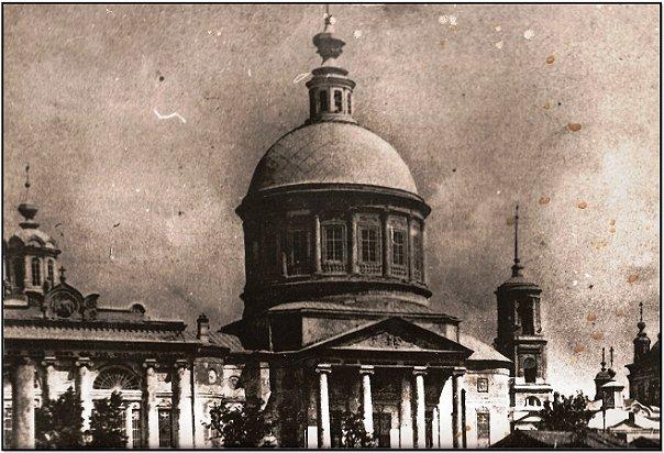Троицкий собор. Сейчас - памятник Ленину и стадион Труд.
