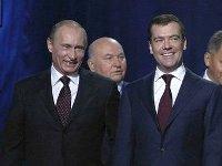 Лужков опровергает слухи о попытке рассорить Путина и Медведева.